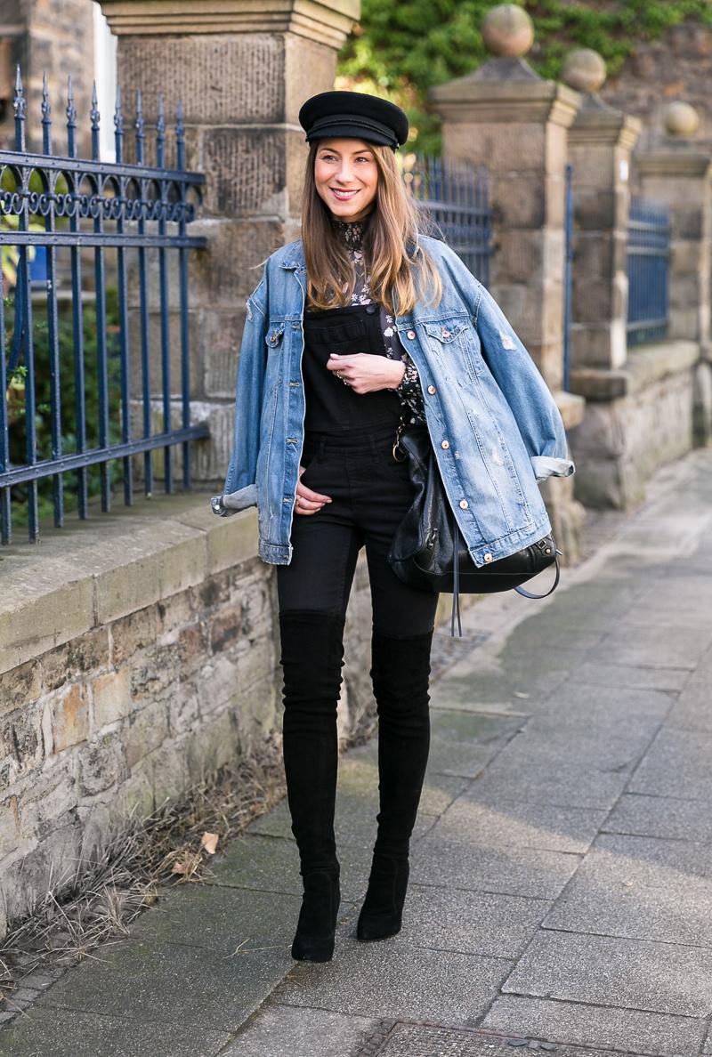 jeansjacke latzhose overknee stiefel kombinieren outfit dungaree street style mütze