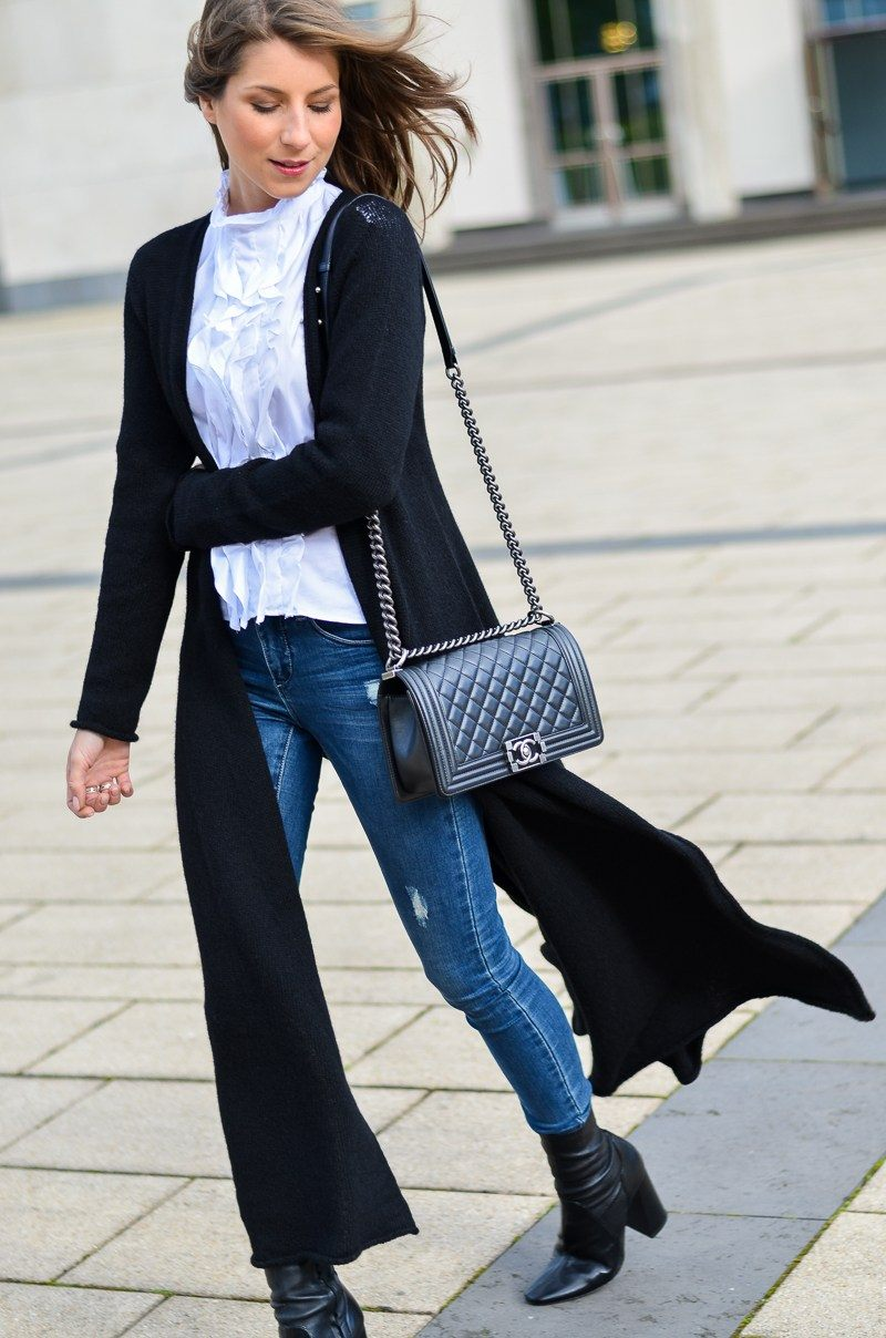 maxi cardigan frilled blouse skinny jeans ankle boots chanel boy bag outfit fashion blogger