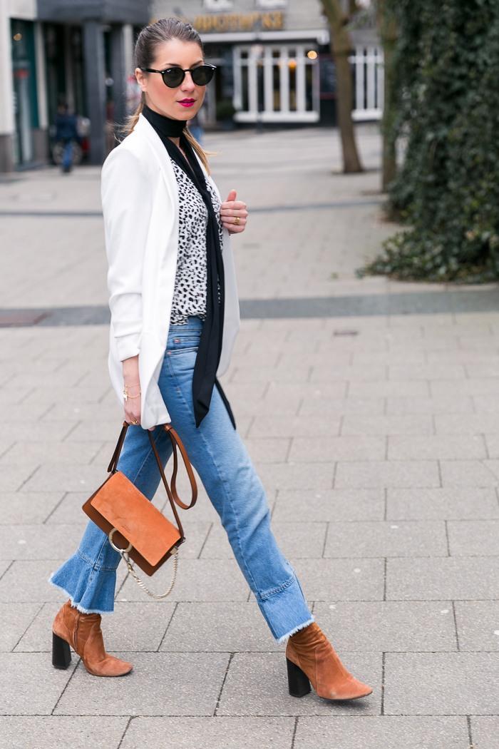 Weißer Blazer & cropped Jeans mit Volant