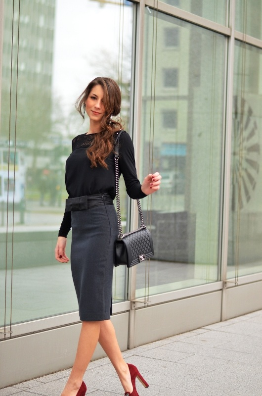 pencil skirt chanel boy bag chic outfit fashion blog red shoes chanel boy bag look