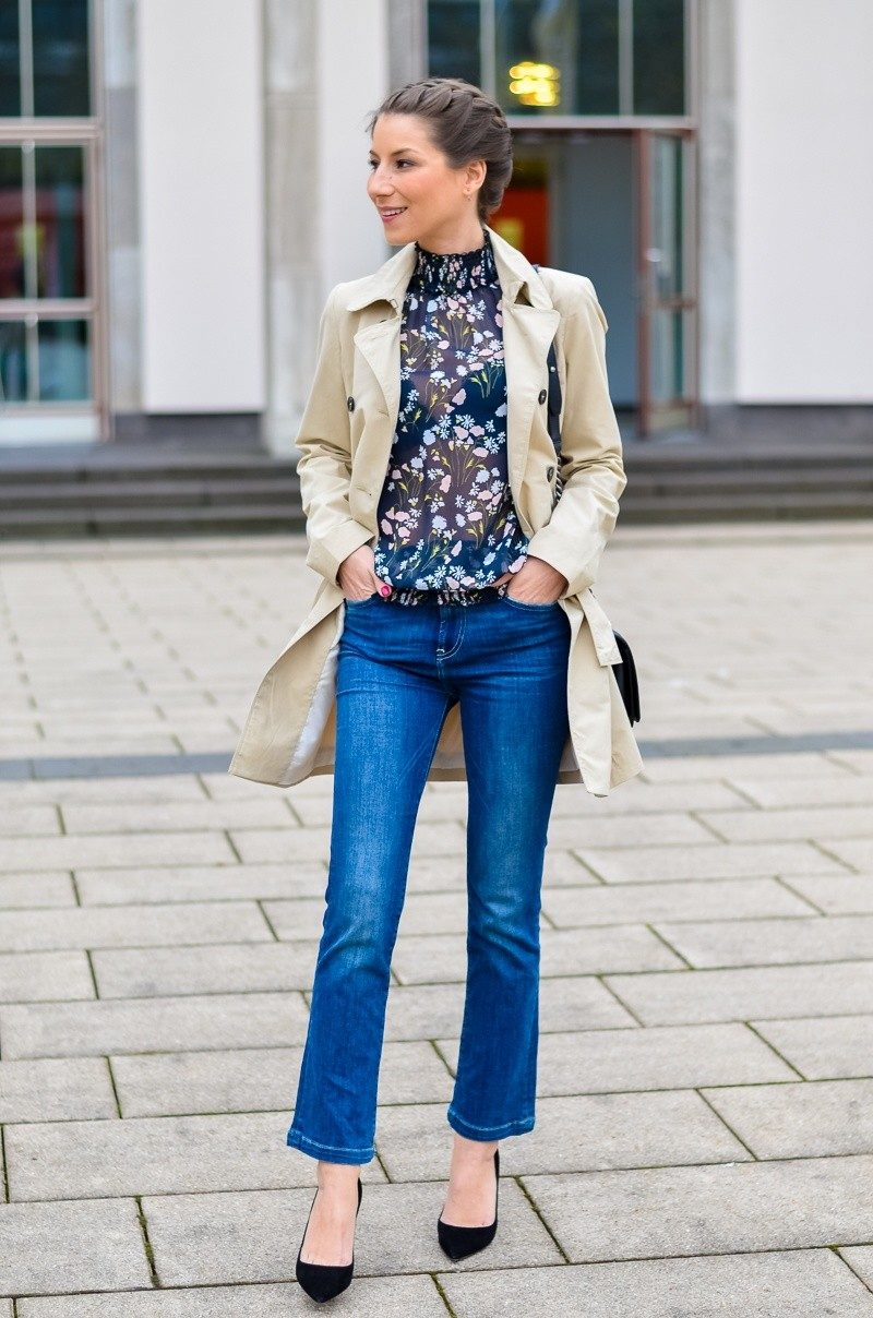 OUTFIT TRENCHCOAT EINE Su00dcSSE PRINT BLUSE u0026 CROPPED FLARE JEANS
