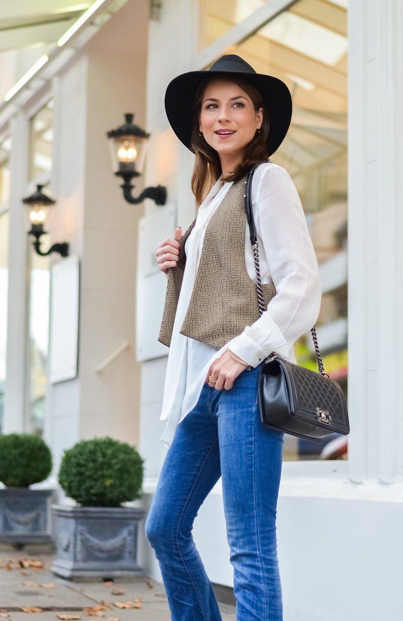 vest blouse flared jeans chanel boy bag 70ies style fashion blog