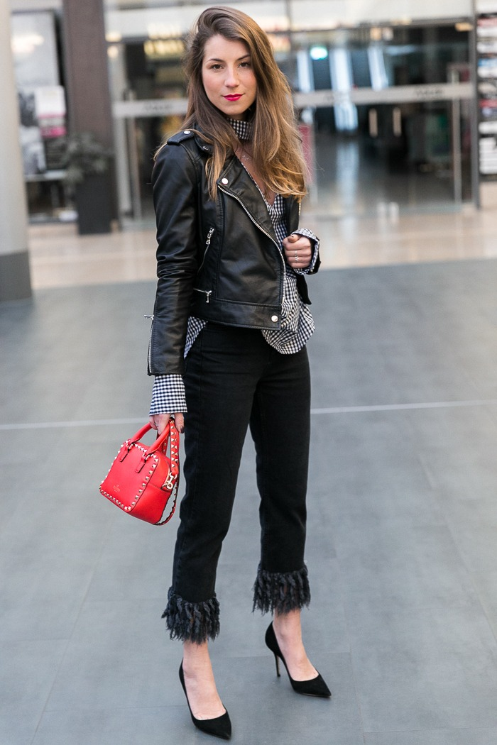 vichy-karos-bluse-fransen-jeans-lederjacke-outfit-pumps-rote-tasche-fashionblogger (7 von 15)