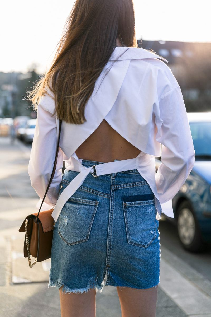backless shirt denim skirt spring outfit weisses hemd rückenfrei jeansrock chloe bag fashion blog street style