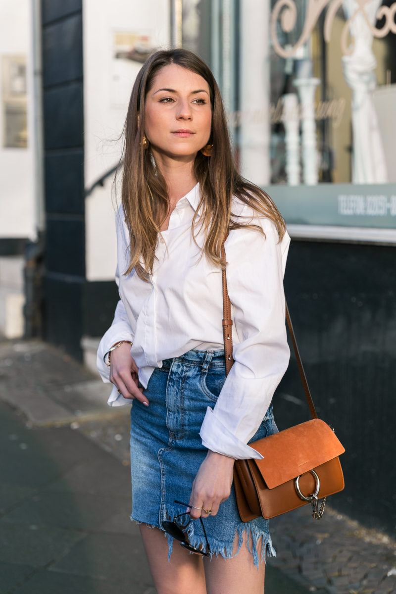 denim skirt spring outfit weisses hemd jeansrock boots chloe faye bag fashion blog street style