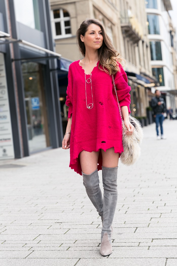 modeblog street style outfit pink oversize pullover overknees stuart weitzman felltasche fashion blog