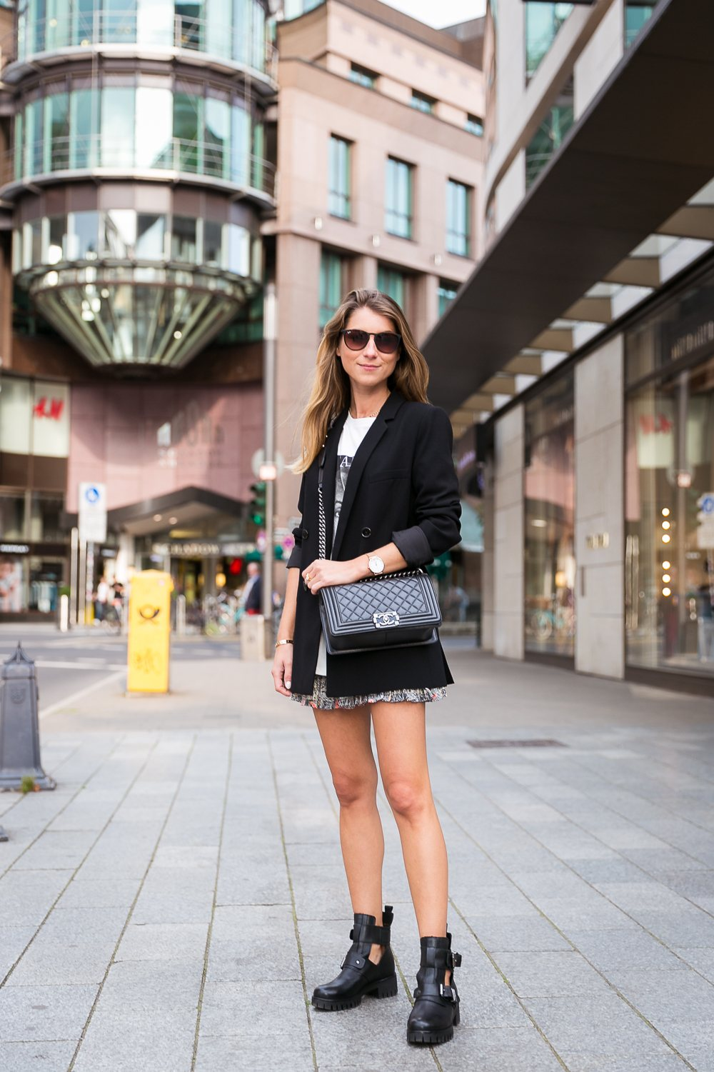 cut-out boots outfit blazer skirt t shirt sade chanel boy bag fashion blog düsseldorf streetstyle