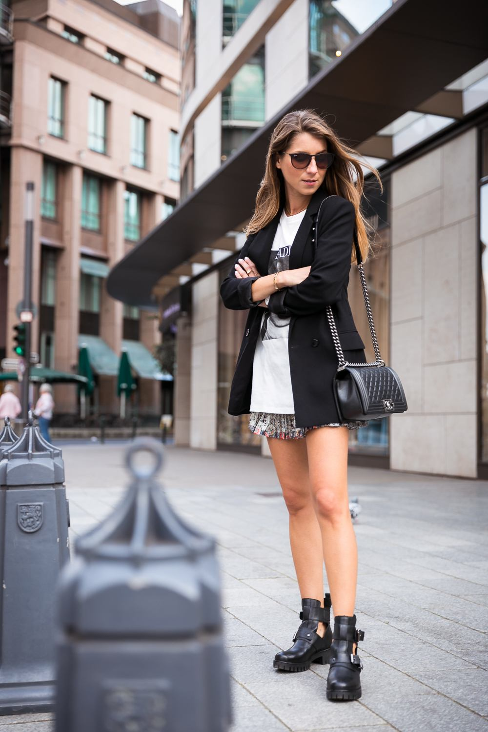 cut out boots outfit blazer skirt t shirt sade chanel boy bag fashion blog düsseldorf streetstyle