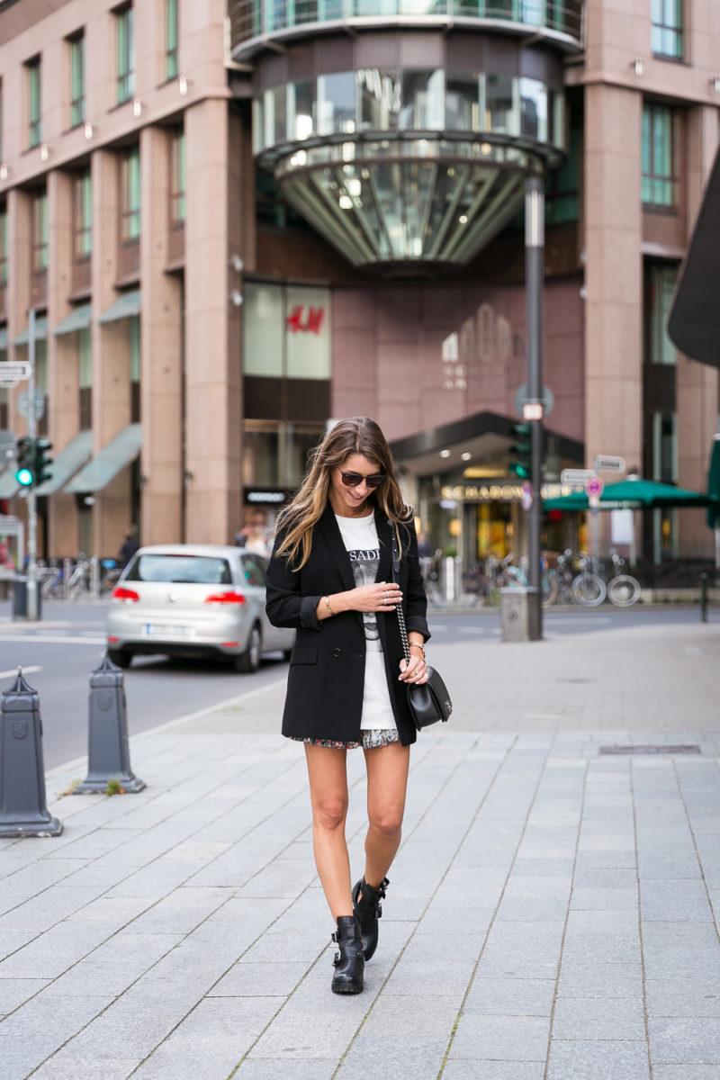cut out boots outfit blazer skirt t shirt sade chanel boy bag fashion blog düsseldorf streetstyle