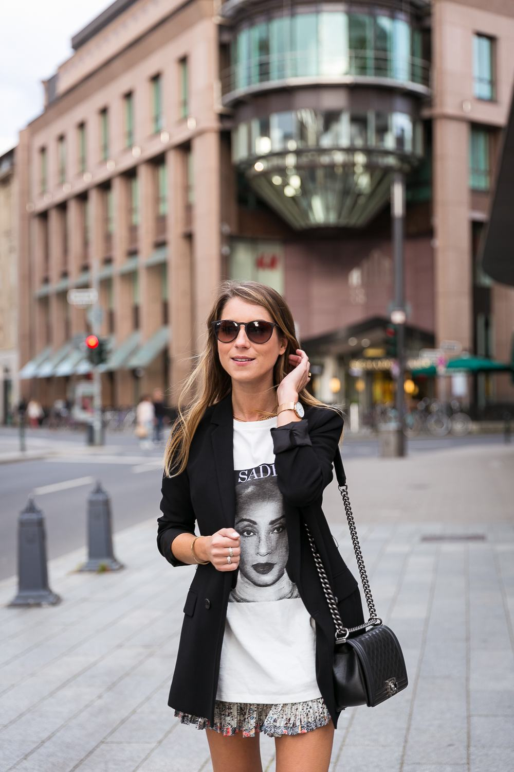 outfit blazer skirt t shirt sade chanel boy bag fashion blog düsseldorf streetstyle