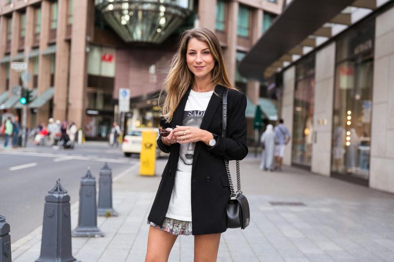 outfit blazer skirt t shirt sade chanel boy bag fashion blog düsseldorf streetstyle