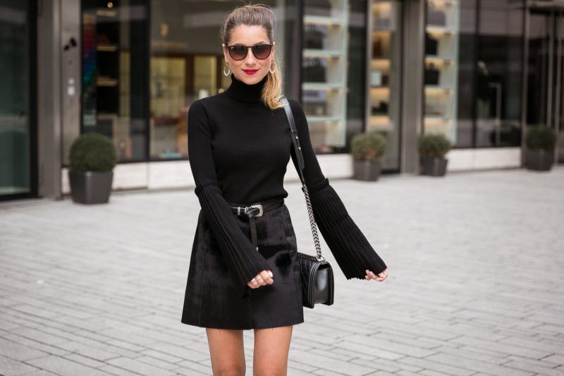 steffen schraut pullover schwarz ponyfell rock chanel boy bag all black outfit fashion blog