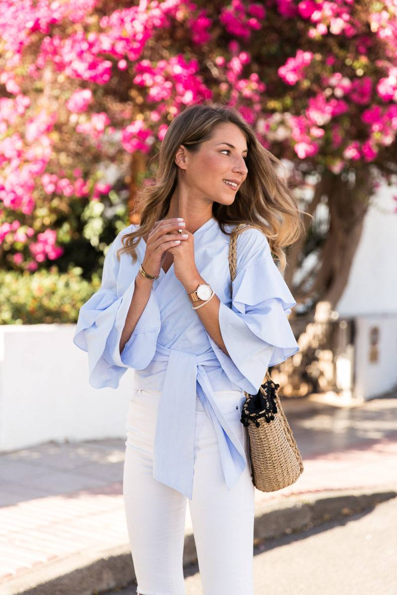 wickelbluse wrap blouse white jeans outfit studded sandals maje straw bag summer fashion blog