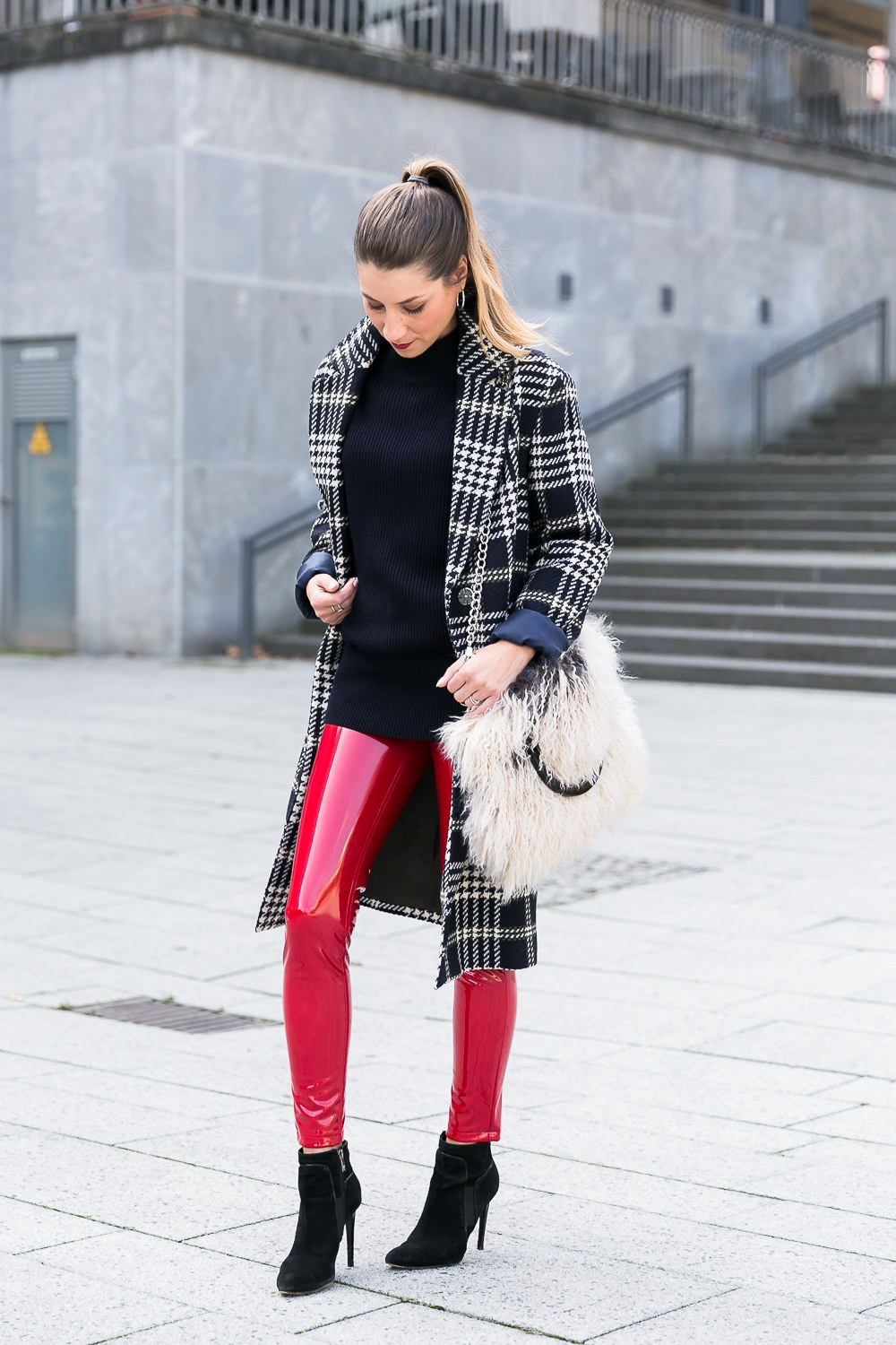 lackhose glencheck mantel street style fashion trends 2017 herbst outfit felltasche hose rot