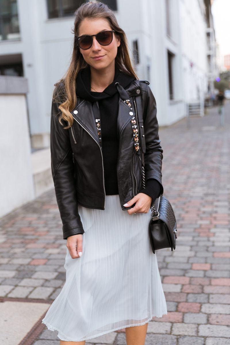 plissee midi skirt outfit hoodie leatherjacket heels chanel bag autumn streetstyle fashionblog