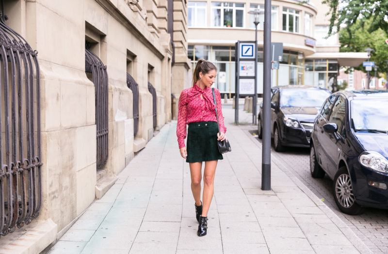 schluppenbluse outfit wildleder mini rock ankle boots herbst grün pink street style fashion inspiration blog