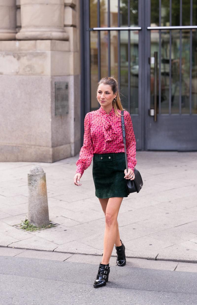 schluppenbluse outfit wildleder mini rock ankle boots herbst grün pink street style fashion inspiration blog