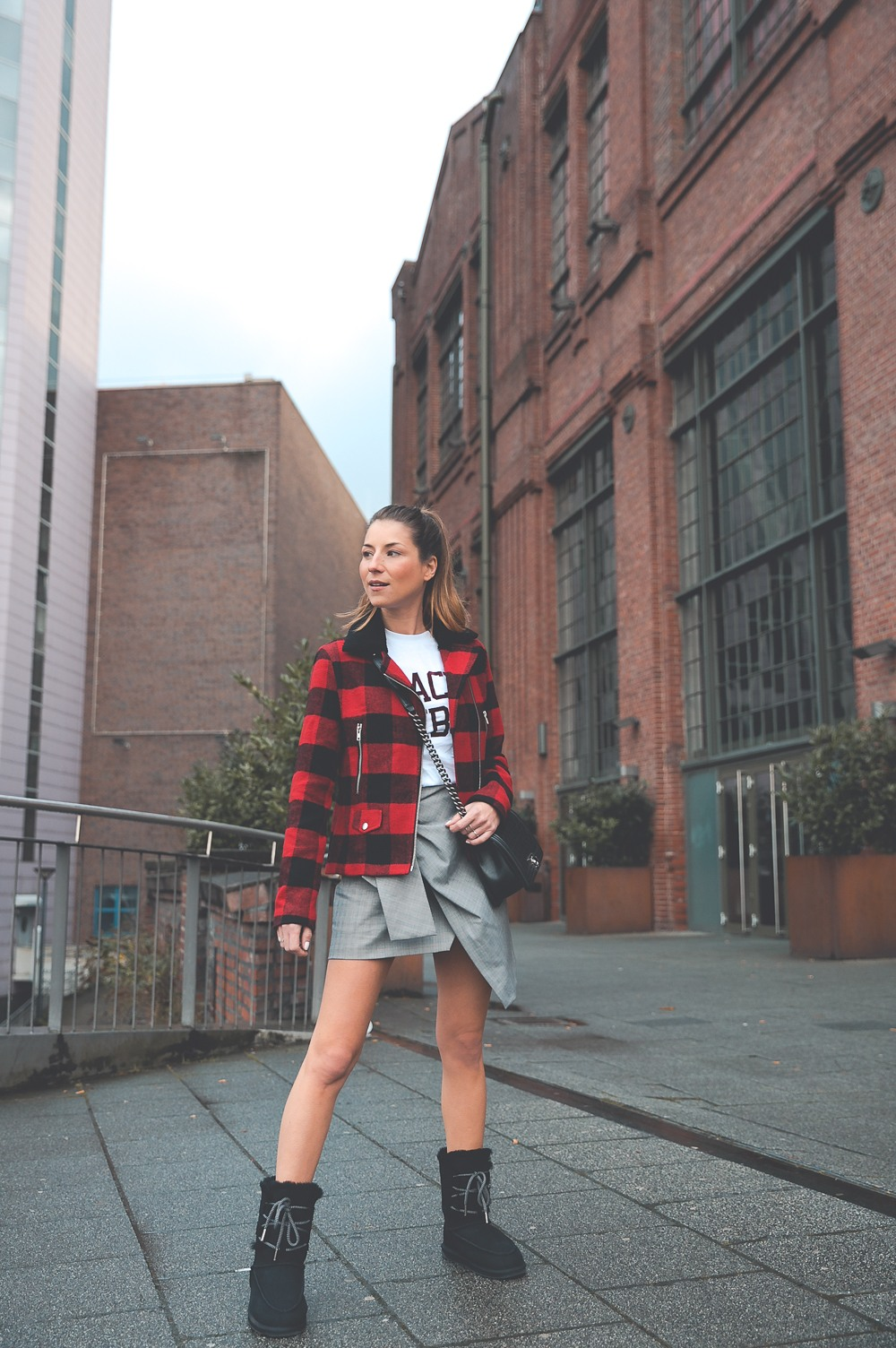 winter boots outfit skirt checked jacket casual street style winterstiefel karierte jacke