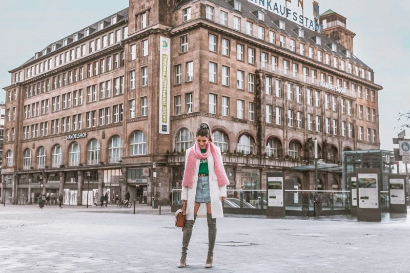 fashion blog ruhrgebiet essen street style winter outfit overknees rosa schal grüner pullover jeansrock