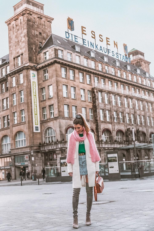gucci logo guertel jeans skirt overknee stiefel look street style sandro statement pullover essen stadt fashion blogger