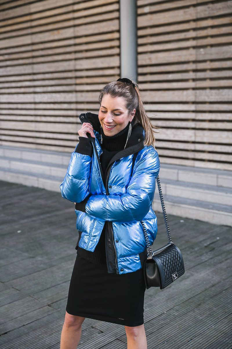 outfit winter sporty chic metallic trend all black blue jacket