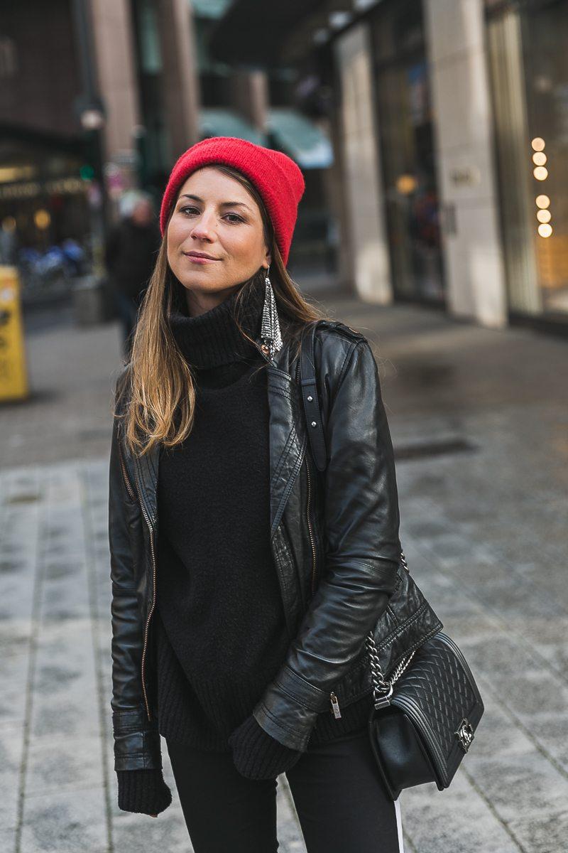 rote mütze lederjacke track pants chanel bag street style düsseldorf 15
