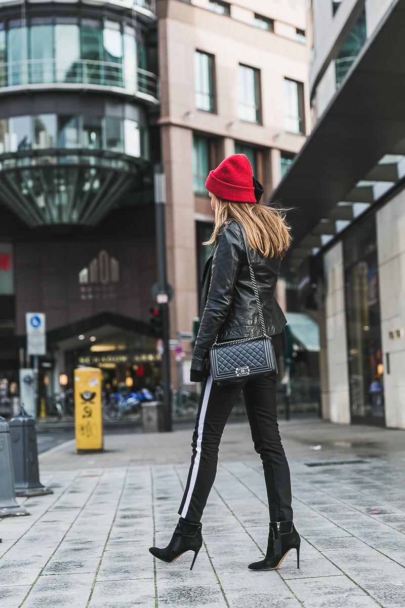 rote mütze lederjacke track pants chanel bag street style düsseldorf 19