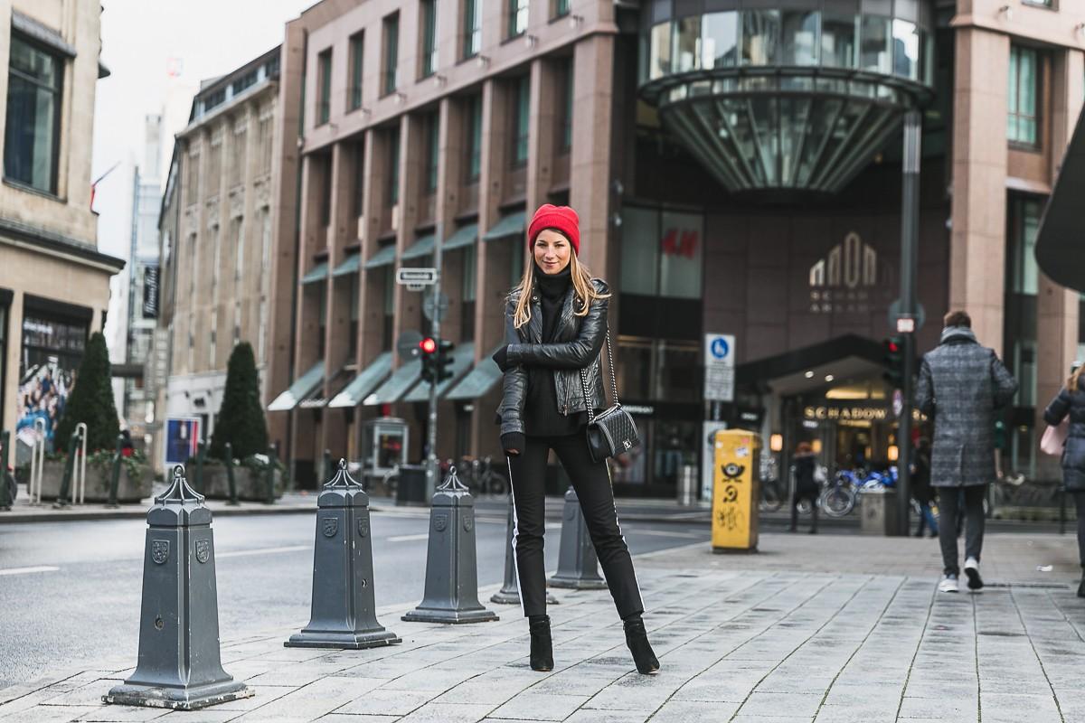rote mütze lederjacke track pants chanel bag street style düsseldorf 24