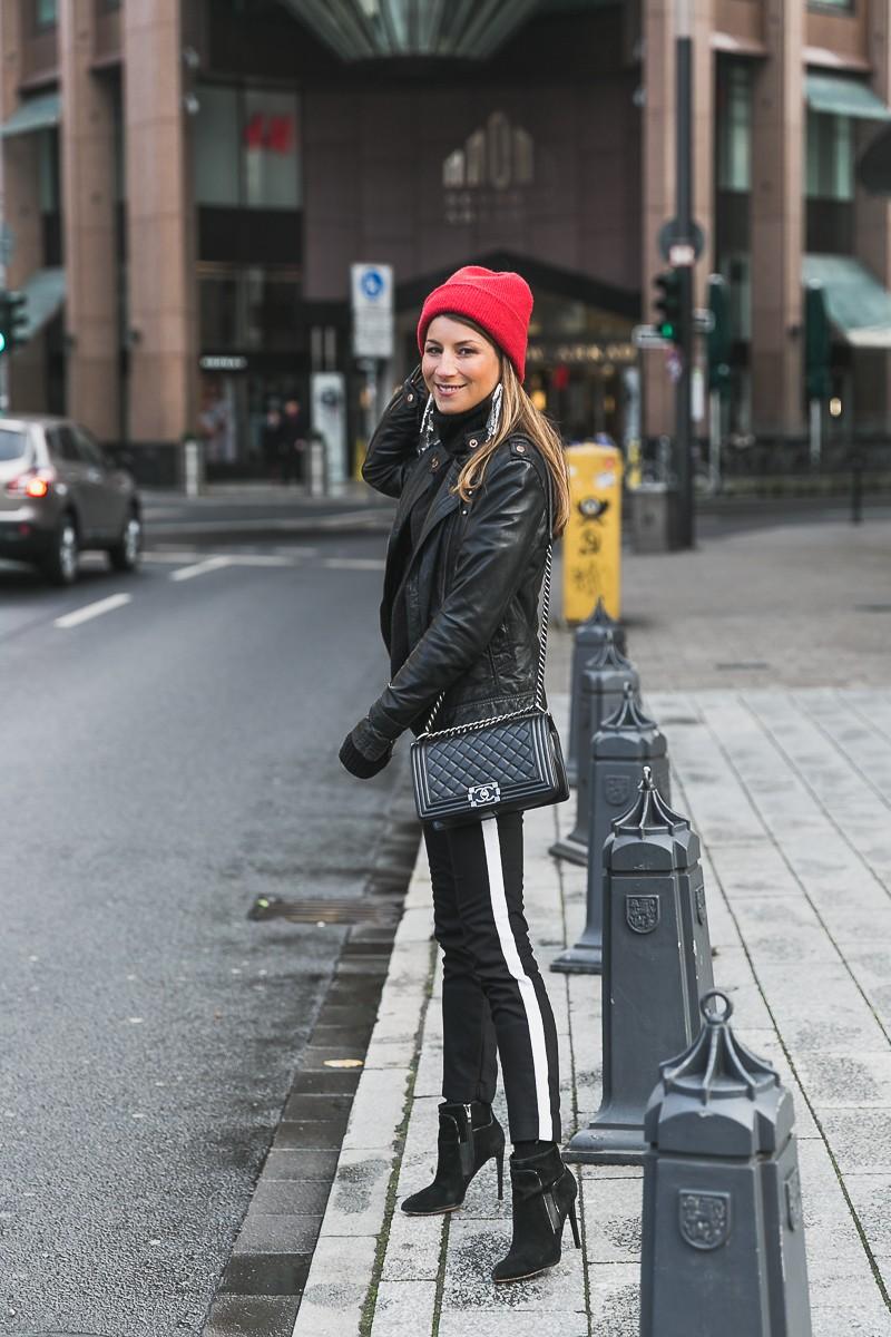 rote mütze lederjacke track pants chanel bag street style düsseldorf 29