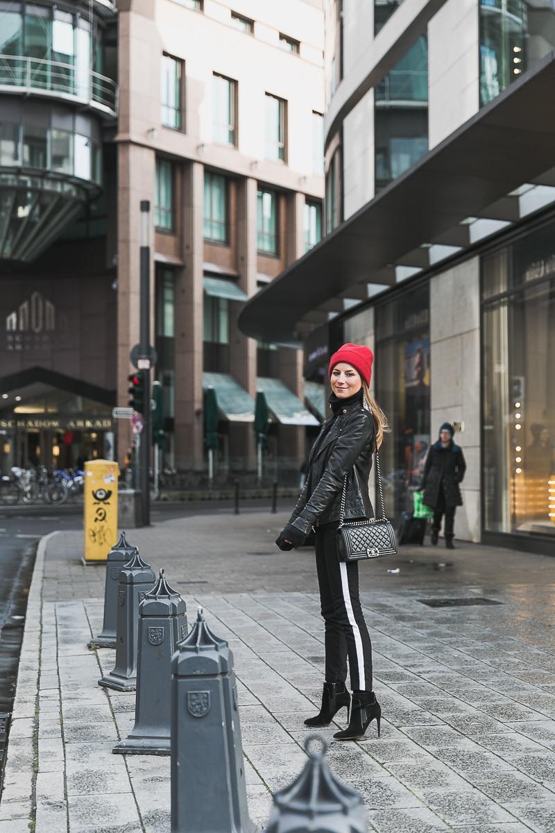 rote mütze lederjacke track pants chanel bag street style düsseldorf 5