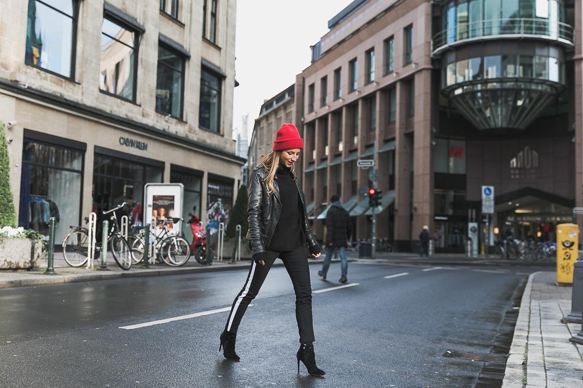 rote mütze lederjacke track pants chanel bag street style düsseldorf 9