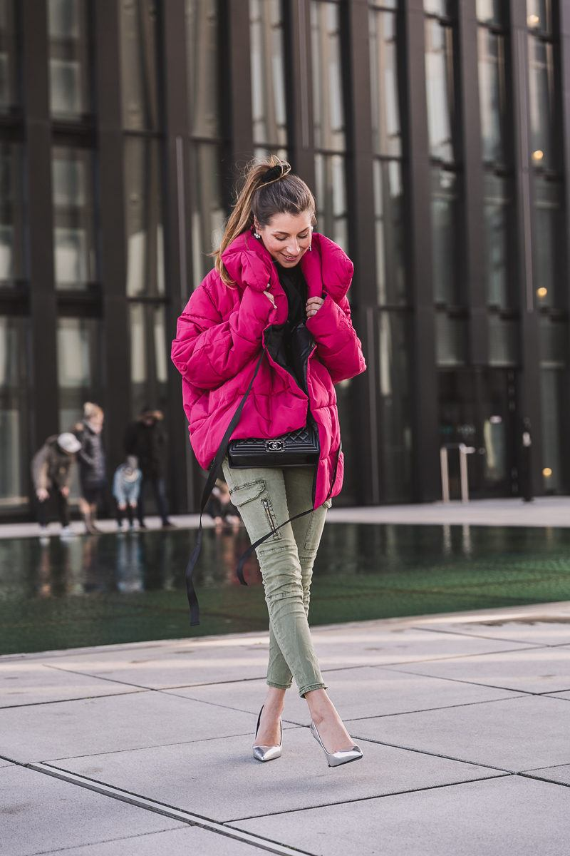 winterjacke pink cargo pants pumps outfit inspiration 10