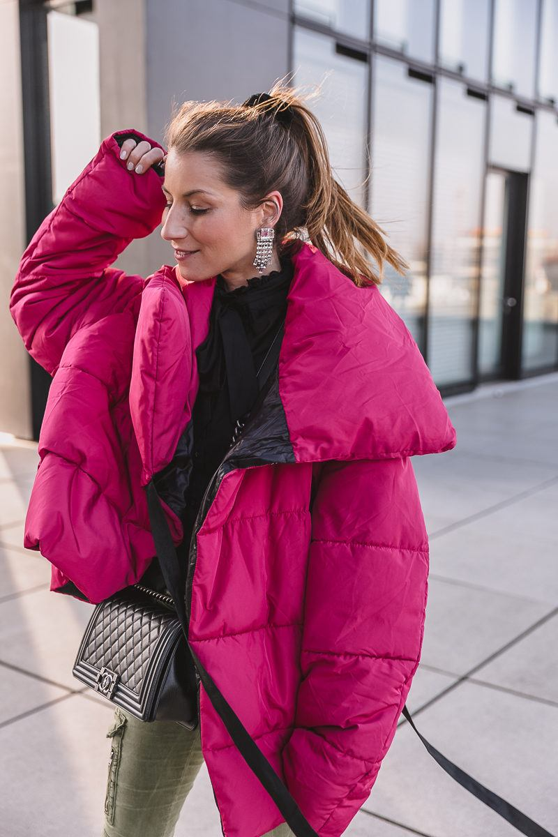 winterjacke pink cargo pants pumps outfit inspiration 14