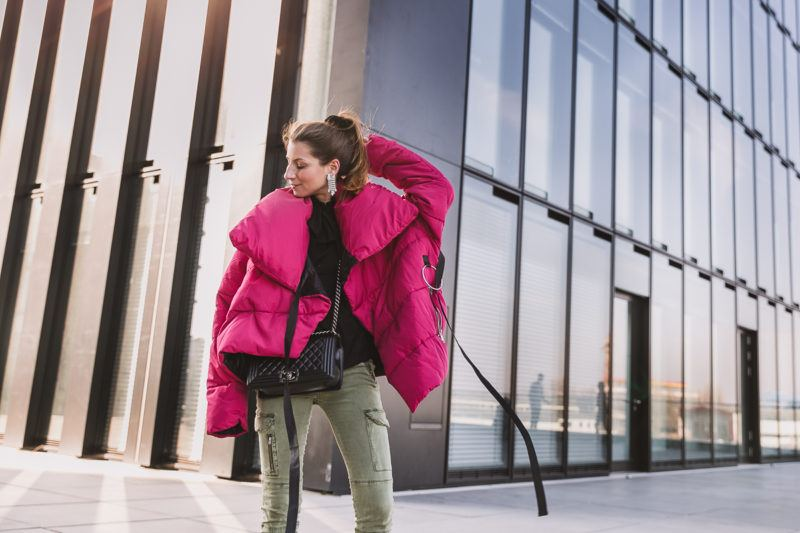 winterjacke pink cargo pants pumps outfit inspiration 15