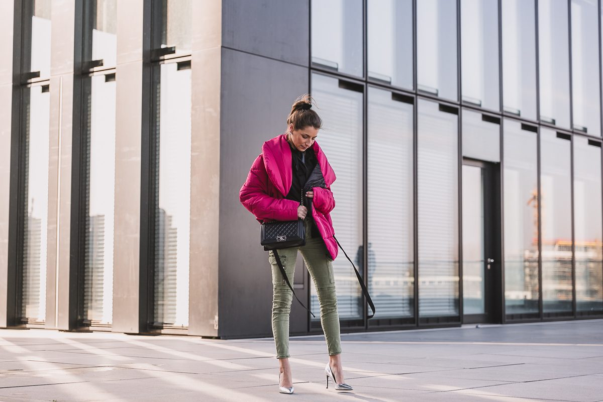 winterjacke pink cargo pants pumps outfit inspiration 17