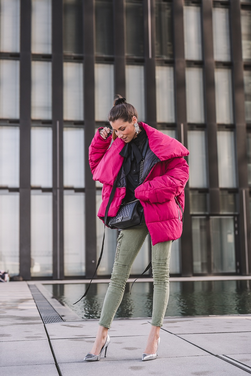 winterjacke pink cargo pants pumps outfit inspiration