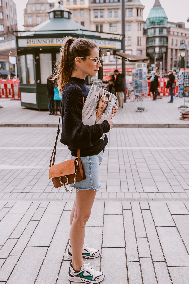 Vogue Street Style :: Oversized Pullover, Jeansrock & Sneakers