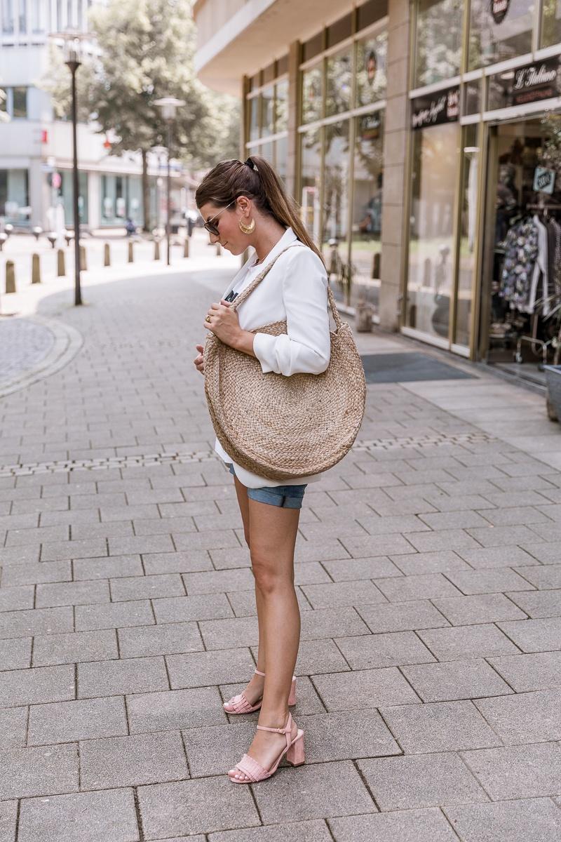 outfit schwangerschaft shorts blazer runde korbtasche mango