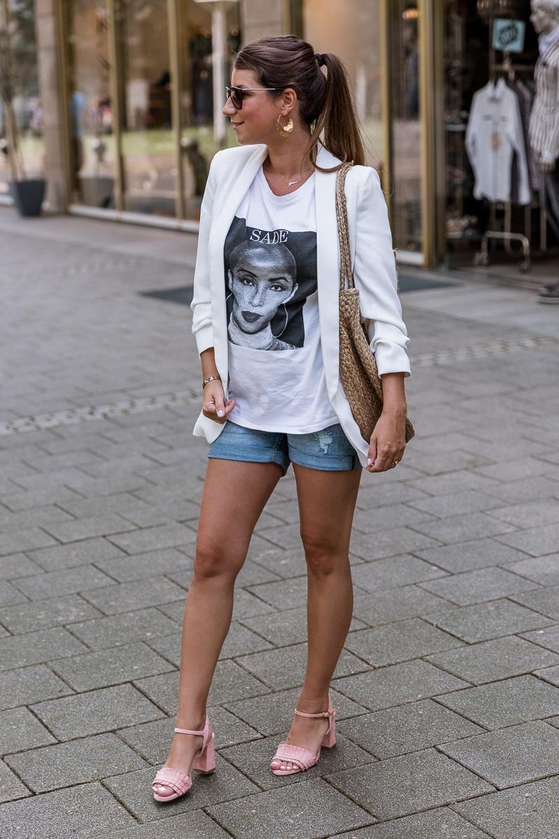 schwangerschaft outfit jeans shorts weisser blazer rosa sandalen runde korbtasche