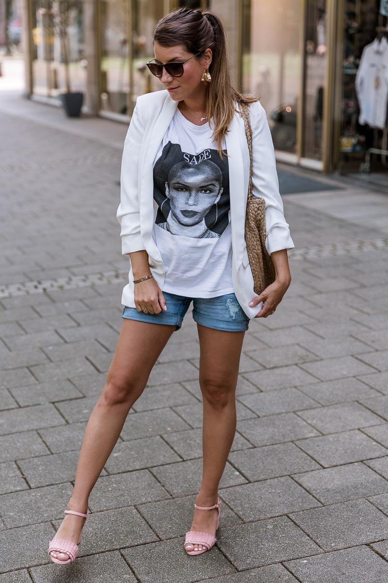 street style sommer 2018 shorts blazer rosa sandalen blockabsatz korbtasche